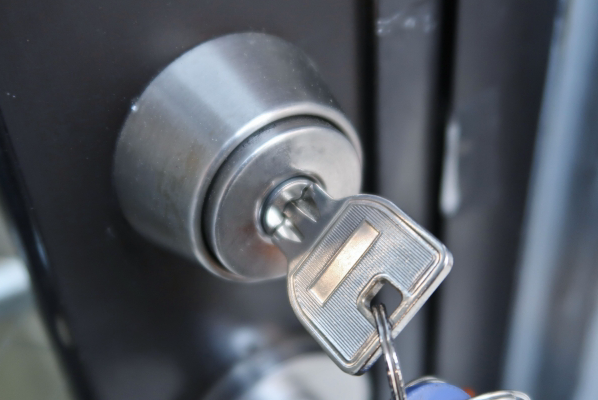 鍵の受け渡しはご入居当日、現地または弊社事務所にて行わせていただきます。鍵のお渡し方法については、お申込のお手続き時にご説明させていただきます。